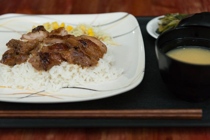 夕食付きプラン。日本食メニューも人気で、鶏の照り焼き、味噌汁、野菜もバランスよく!
