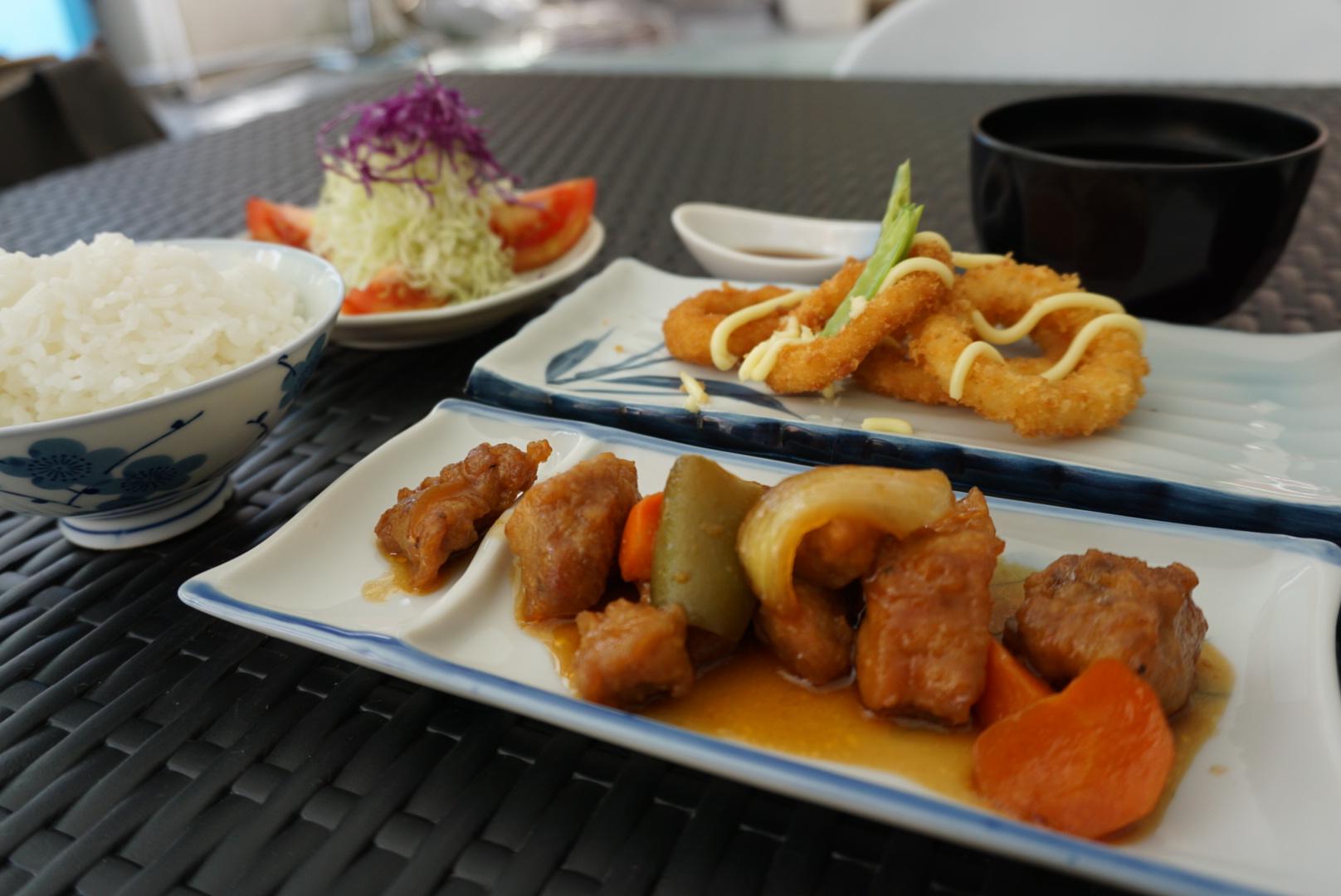タカハリ名物の和食ランチ!鶏肉料理、お味噌汁、ごはん、お子様も安心のおいしい食事です!