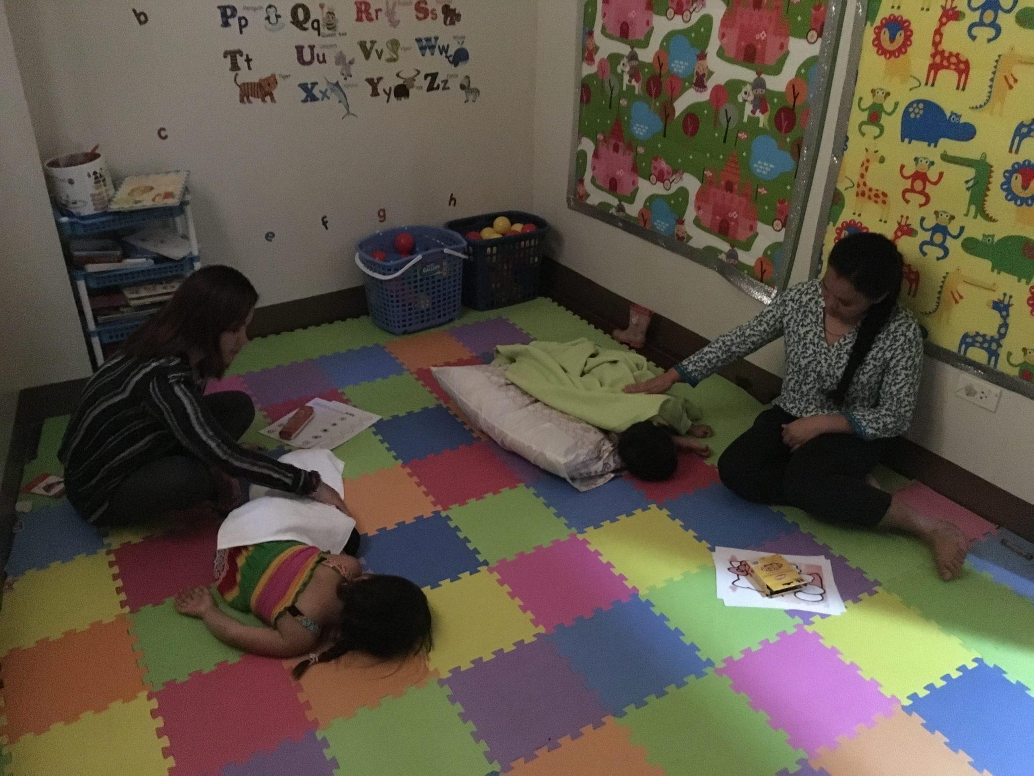 小さな子どもは、午後にベビーシッターか講師がついてお昼寝