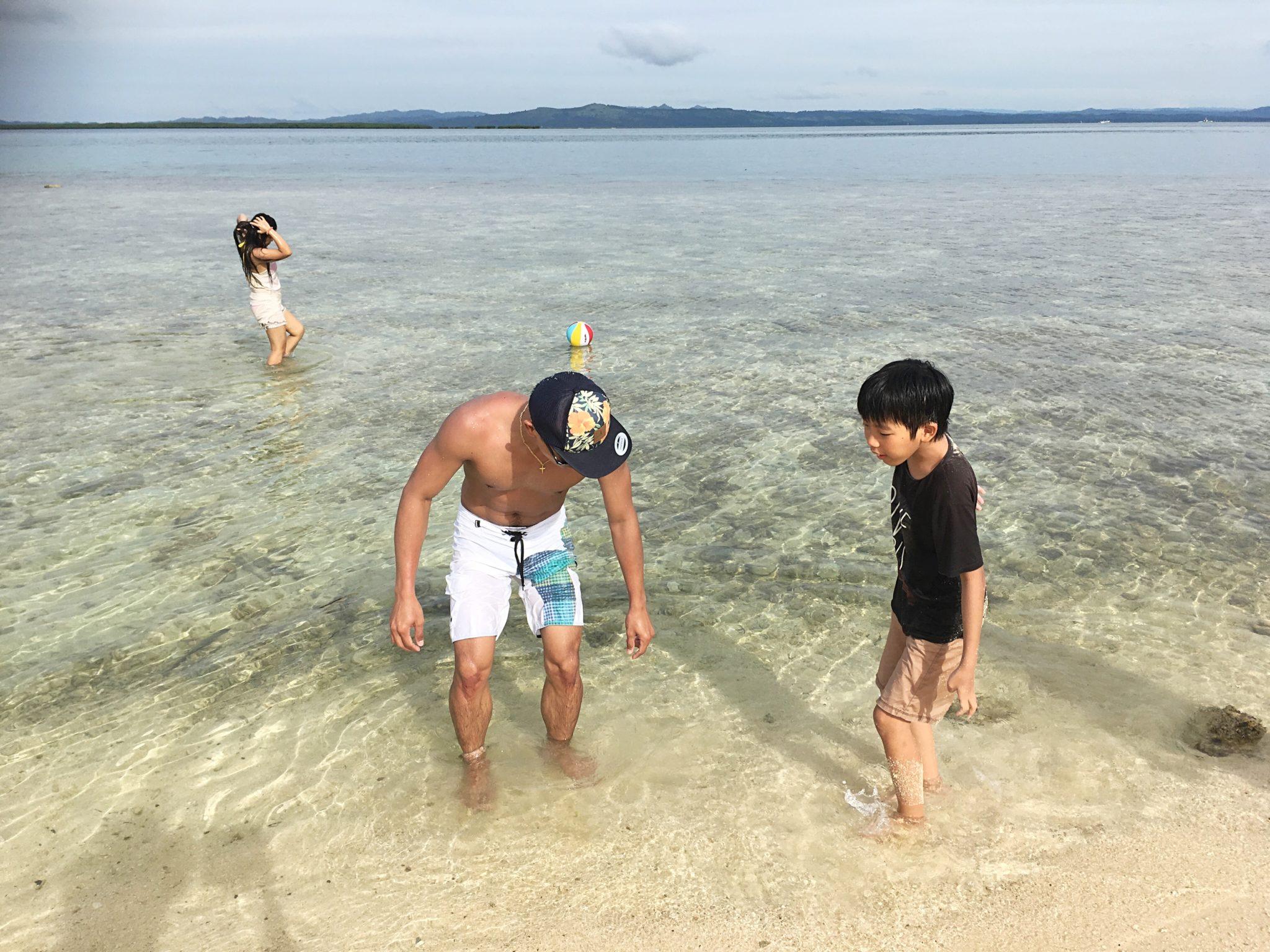 パンダノン島のビーチで遊ぶ