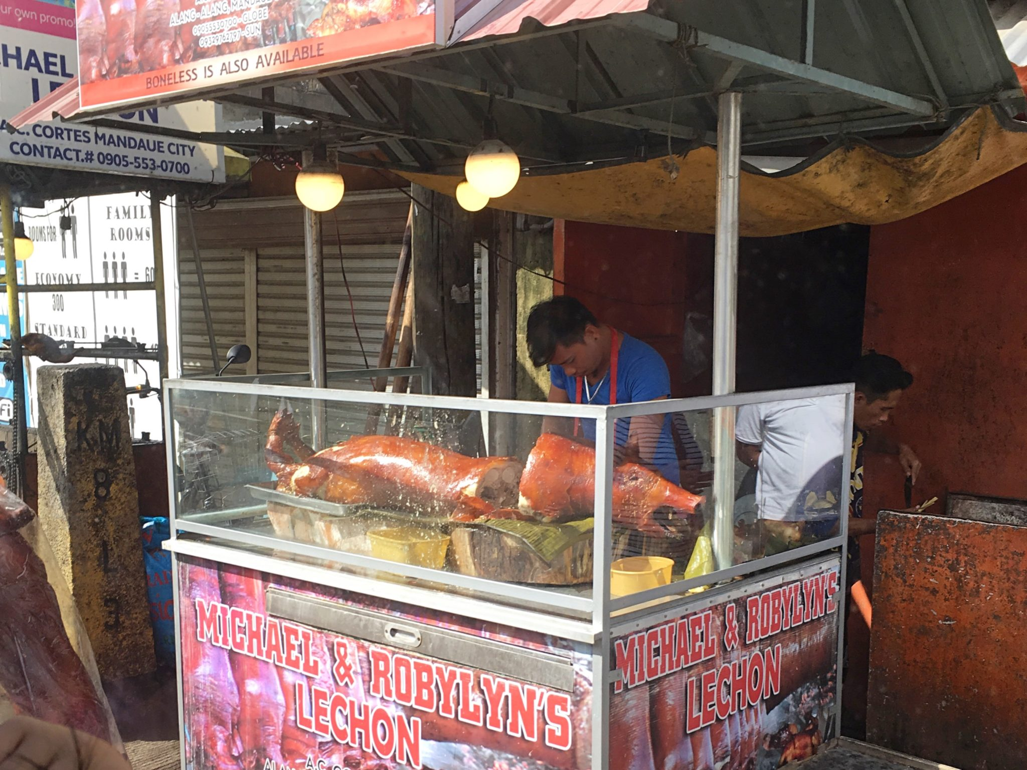 Cebu Lechon is famous! Buy from a particularly delicious food stall and go to island hopping!